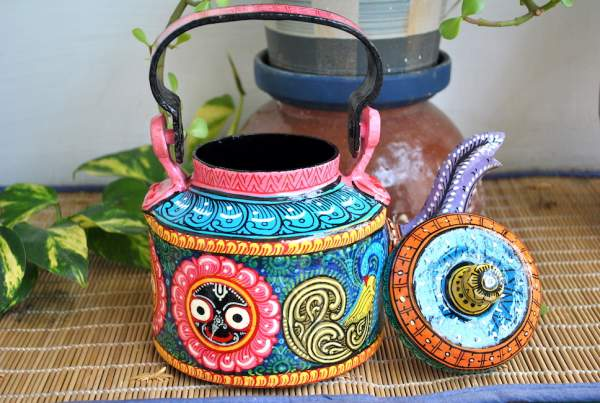 hand-painted-kettle-from-Vipakka-with-patachitra-art2-600x403 Top Hand Painted Decorative Kettle Collections for a Trendy Living Room